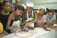 Todo el Brasil cuece las empanadas como estas señoras brasileñas jovenes Imagen de archivo
