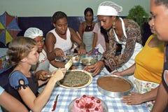 Todo el Brasil cuece las empanadas como estas señoras brasileñas jovenes Foto de archivo