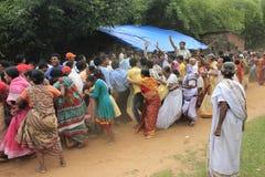 Todo el mundo en la muchedumbre es impaciente tocar la cuerda de la tarifa para conseguir la bendición de dios Imagenes de archivo