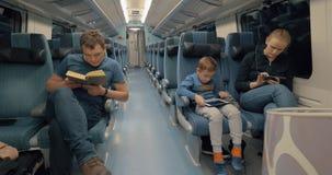 Todo el mundo tiene su propio negocio durante viaje de tren almacen de metraje de vídeo