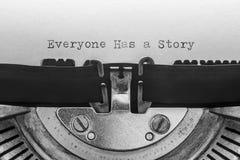 Todo el mundo tiene una historia mecanografiada en una máquina de escribir del vintage fotos de archivo