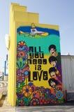 Todo lo que usted necesita es amor al lado de la pintura de Beatles Foto de archivo