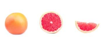 Todo, metade e parte de toranja redonda, isolados em um fundo branco Toranjas inteiras e cortadas frescas completamente dos nutri Imagem de Stock