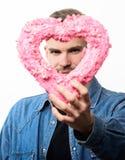Todo mi amor está para usted hombre unshaved aislado en blanco Hombre con el corazón decorativo fecha Saludo romántico valentines foto de archivo libre de regalías