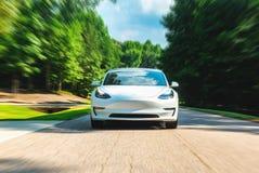 Todo o modelo bonde 3 em Raleigh, NC de Tesla O modelo 3 é ajustado para ser o veículo elétrico do mercado de massas do ` s prime imagens de stock royalty free