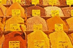 Todo o tipo de especiarias orientais no bazar da especiaria de Istambul Foto de Stock