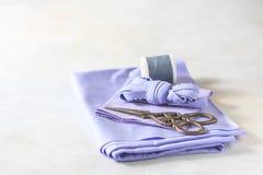 Todo para coser Tela beige, accesorios de costura y tijeras Imágenes de archivo libres de regalías