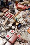 Todo para la venta en un mercado de pulgas Fotos de archivo