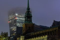 Todo santifica por la torre una Iglesia Anglicana antigua en la calle de Byward en la ciudad de Londres en la noche imagen de archivo libre de regalías