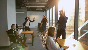 Todos dança agora o conceito Os empresários começam dançar no escritório como em musical filme