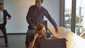Todos dança agora Os empresários começam dançar no escritório como em musical vídeos de arquivo