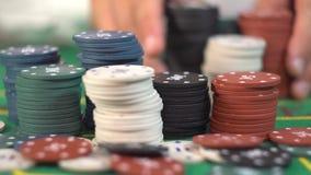 Todos en la apuesta, pilas de fichas de póker metrajes