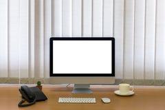 Todos en los ordenadores uno, teclado, ratón, teléfono, taza de café y cactus en la tabla de madera fotografía de archivo