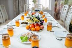 Todos listos para la cena, jugo espino amarillo en vidrios Imagen de archivo