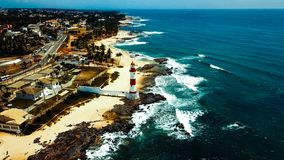 Todos os桑托斯海湾的亦称伊塔普阿省灯塔farol da蓬塔de伊塔普阿省北监护人在萨尔瓦多,巴西 免版税库存照片