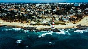 Todos os桑托斯海湾的亦称伊塔普阿省灯塔farol da蓬塔de伊塔普阿省北监护人在萨尔瓦多,巴西 图库摄影