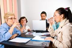 Todos os executivos de água bebendo na reunião Foto de Stock Royalty Free