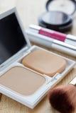 Todos os tipos do cosmético para a mulher bonita na tabela Imagem de Stock
