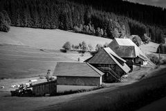 TODTMOOS TYSKLAND - JULI 18 2018: Typisk lantgårdhus i Blacen royaltyfri foto