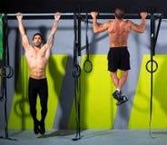 Toe Crossfit στις ράβδους ατόμων τράβηγμα-UPS 2 ράβδων workout στοκ φωτογραφία με δικαίωμα ελεύθερης χρήσης