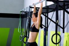 Toe Crossfit στις ράβδους γυναικών τράβηγμα-UPS 2 ράβδων workout στοκ φωτογραφίες