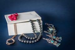 Toebehoren en juwelendoos stock foto
