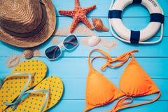 Toebehoren met vrouw voor de reiszomer Op blauwe houten vloer Stock Foto's