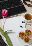 Toebehoren op een Desktop voor het meisje Stock Afbeelding