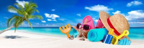Toebehoren op tropisch paradijsstrand royalty-vrije stock afbeelding