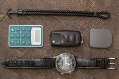 Toebehoren van het bedrijfsmensenleer, close-up Portefeuille, riem, handstrap en mobiele telefoon met geval Royalty-vrije Stock Foto