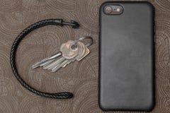 Toebehoren van het bedrijfsmensenleer, close-up Portefeuille, riem, handstrap en mobiele telefoon met geval Stock Fotografie