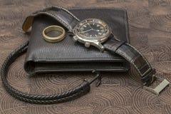 Toebehoren van het bedrijfsmensenleer, close-up Portefeuille, riem, handstrap en mobiele telefoon met geval Stock Afbeelding