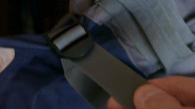 Toebehoren van rugzakslingers om volume te verminderen stock footage