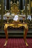 Toebehoren voor doopsel dat op het sacrament van doopsel wordt voorbereid Stock Foto