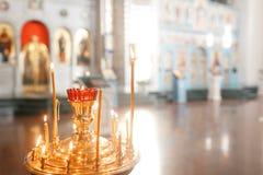 Toebehoren voor het doopsel van kinderenpictogrammen van kaarsen en doopvont, de Ortodox-Kerk Het Sacrament van Kinderen Royalty-vrije Stock Afbeeldingen