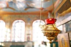 Toebehoren voor het doopsel van kinderenpictogrammen van kaarsen en doopvont, de Ortodox-Kerk Het Sacrament van Kinderen Stock Afbeeldingen