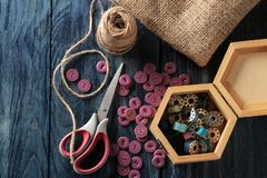 Toebehoren voor het naaien en handwerk een kist met spoelen, knopen, schaar en jute op een donkerblauwe houten achtergrond royalty-vrije stock foto's