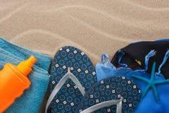 Toebehoren voor het strand die op het zand liggen Stock Foto