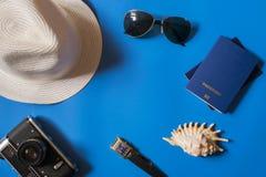Toebehoren voor reis op een blauwe achtergrond met een ruimte voor tekst stock foto