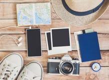 Toebehoren voor reis Paspoort, fotocamera, creditcard, slimme telefoon en reiskaart Hoogste mening Vakantie en toerismeconcept Stock Afbeelding