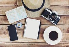 Toebehoren voor reis Paspoort, fotocamera, slimme telefoon en reiskaart Hoogste mening Vakantie en toerisme conceptt Stock Fotografie