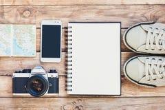 Toebehoren voor reis Paspoort, fotocamera, slimme telefoon en reiskaart Hoogste mening Vakantie en toerisme conceptt Royalty-vrije Stock Afbeeldingen