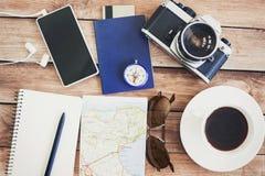 Toebehoren voor reis Paspoort, fotocamera, slimme telefoon en reiskaart Hoogste mening Vakantie en toerismeconcept Royalty-vrije Stock Afbeelding