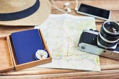 Toebehoren voor reis Paspoort, fotocamera, slimme telefoon en reiskaart Hoogste mening Vakantie en toerismeconcept Stock Foto