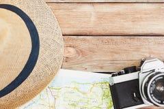 Toebehoren voor reis Verschillende voorwerpen op houten achtergrond Hoogste mening Vakantie en toerismeconcept Stock Afbeeldingen
