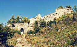 Toegangsweg aan het ruïnekasteel van Topolcany, Slowaakse republiek, aangaande Stock Foto's