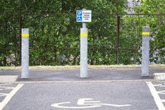 Toegankelijke parkeerplaats voor gehandicapt bestuurdersteken stock foto's