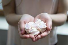Toegelaten uitdaging Het jong geitjemeisje eet snoepjes en behandelt Calorie en dieet Verstokte zoete tand Hongerig Jong geitje H stock fotografie