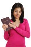 Toegewijde christen die een bijbel en het glimlachen houdt Stock Afbeelding
