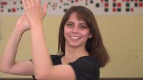 Toejuichend, Slaand Jonge Vrouw voor Succes en Voltooiing stock video